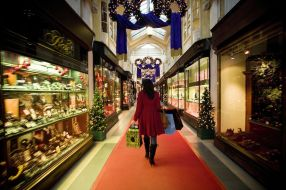 Woman-shopping-in-Burlington-Arcade-at-Christmas