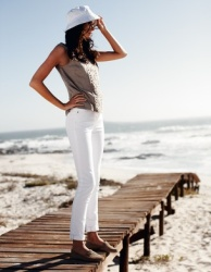 white skinny jeans beach style