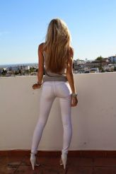 white skinny jeans with heels summer date night
