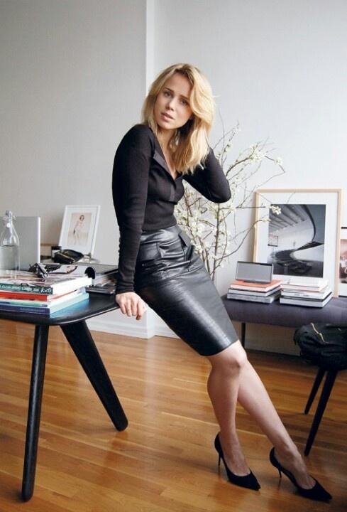 секретарша в мини юбке и чулках фото