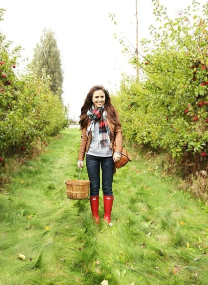 fall denim outfit for apple picking